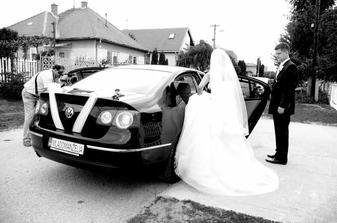 svadobné auto zozadu