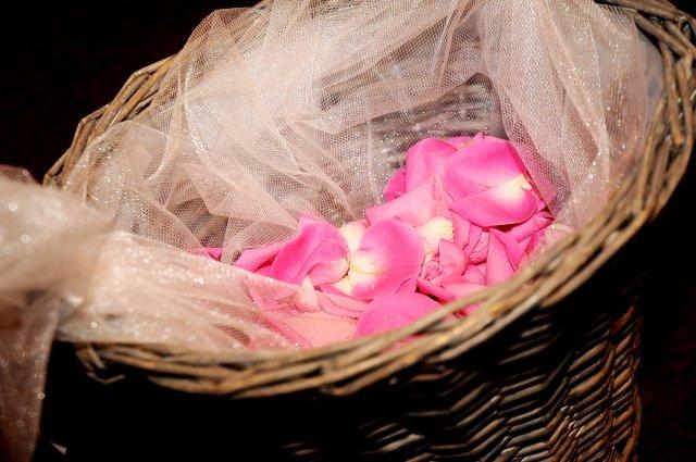 Niečo z výzdoby a príprav - 9.5.2009 - košík s lupienkami ruží