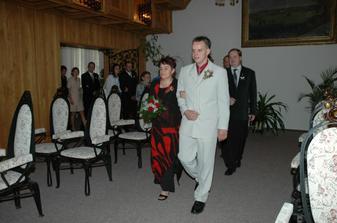 foto z obřadní místnosti... ženich přichází