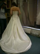 Najar zezadu - není to moc vidět, ale sukně má zdobení i zezadu ;-)