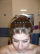Je to jenom čelenka, na svatbě bych chtěla mít korunku a myslím, že by do toho účesu docela šla... :-)