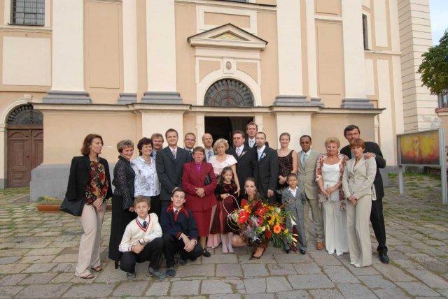 Beatrix{{_AND_}}Rudolf - všetci hostia svadobní pred kostolom