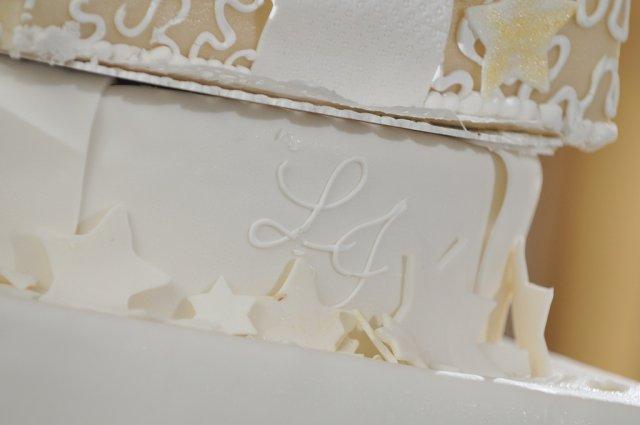 Svadba nebeská - moja požiadavka na zlato-bielu a náš monogram splnená aj na torte, ďakujem