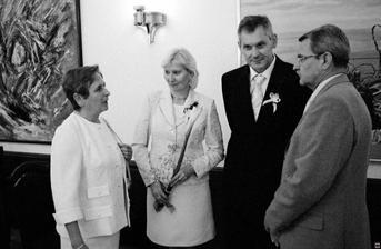 Ženichovi rodiče s gratulanty...