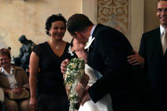 polibek při obřadu