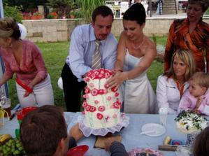 zahradní párty-krájení dortu