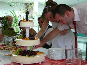 Krájíme dort...byl vynikající.