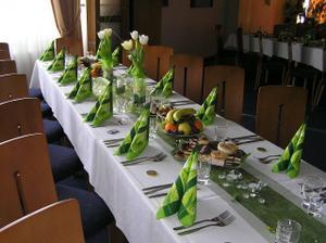 a zelená stuha cez stred stola