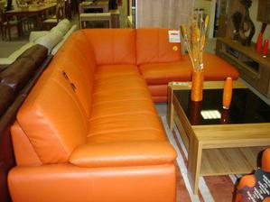 dnes jsme si koupili krásně oranžovou koženou  sedačku