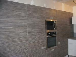 Detail na vysokú časť kuchynskej linky a dekor, úplne prvé dvere vedú do práčovne, druhé sú ladnička a po pravej strane od rúry - to sú dvere do špajze