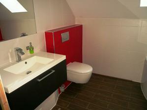 Aj vrchná kúpelňa takmer hotová. Ešte chýba skrinka vedľa WC s posuvnými dvierkami.