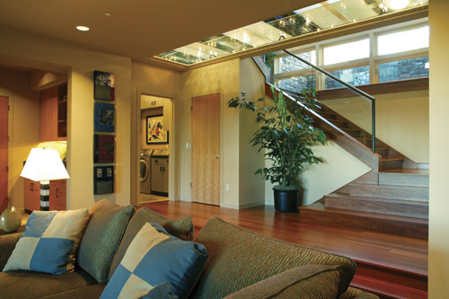 Americké inšpirácie - snivajte so mnou.. - ..ten pás skla na okraji stropu tvori časť podlahy ďalšieho poschodia..