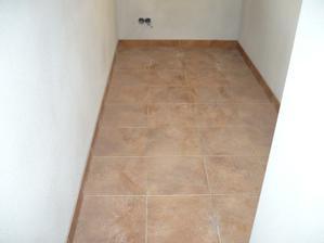 špajza podlaha, ešte nevyšpárovaná