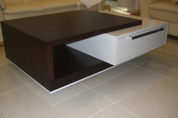 Konferenčné a jedálenské stoly+ komody Lavabo - Rozmer stolíka 1200x600, material dubová prírodná dýha a biely box je z vysokého lesku od Senosanu.