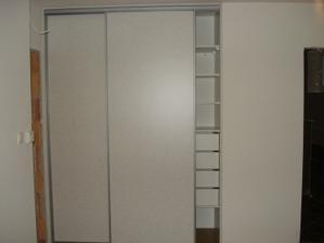 Roldor v spálni , nie je čisto biely len na foto to nie je vidno.