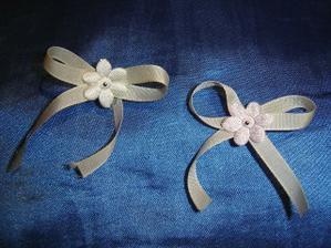 Mašličky růžové pro rodinu a béžové pro ostatní svatebčany.