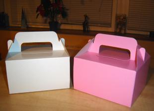 Naše svatební krabičky na výslužky růžové pro rodinu a bílé pro svatebčany :o))