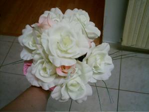 Už jsem konečně koupila kytičku,kterou budu pak vyhazovat.Abych nemusela házet tou pravou tak už je náhražka :o))