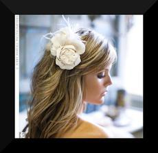 rozpuštěné kulmou zvlněné vlasy s květinou, to je moje...