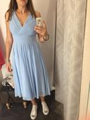 Bledomodre šaty, M