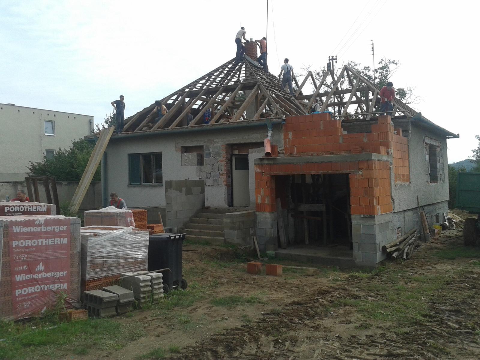 Prestavba RD - Demontaz strechy s partiou muzikantov