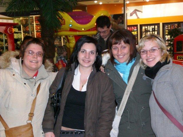 Náš první srazík-zleva Janička(princeznicka2411),Anetka(nysek),Martinka(martinka.t) a Andrejka(panda)