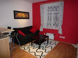 sedacka, zavesy, polstarky,stoleček, koberec-vse z Ikei:-D