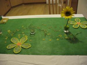 dekorace stolu, tmavy vlizelin