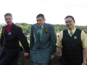 pánové se dobře baví sledováním focení nevěsty ... :D