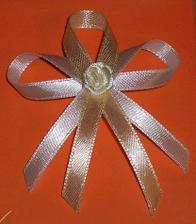 vývazky pro svatebčany krémovo-zlaté, jsou na mini zavírací špendlík