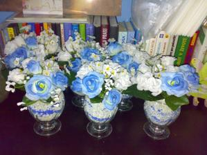 ...umele kvety zapichnete do plasteliny alebo modelovacej hmoty,date do pohara,zasypete strkom do akvarii a pridate dekoracny piesok...naozaj krasne!