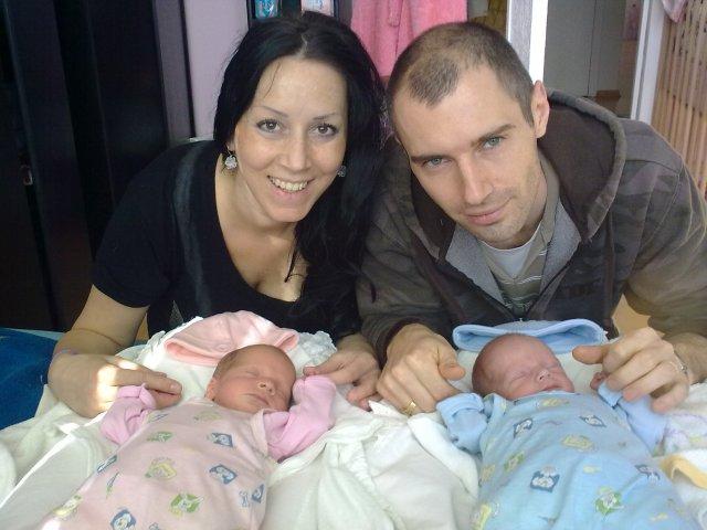 Dianka{{_AND_}}Matko - ...a uz ako rodinka...s nasimi dvojickami...kukli sa nam na svet 23.4.2009