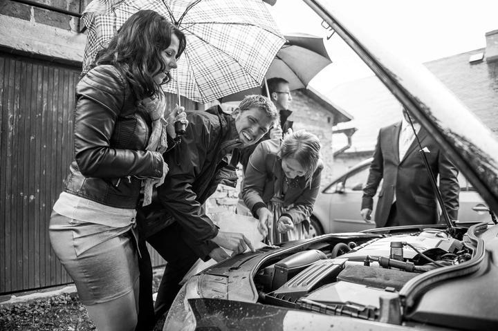 Mariana{{_AND_}}František - zdobení auta při nepřízni počasí