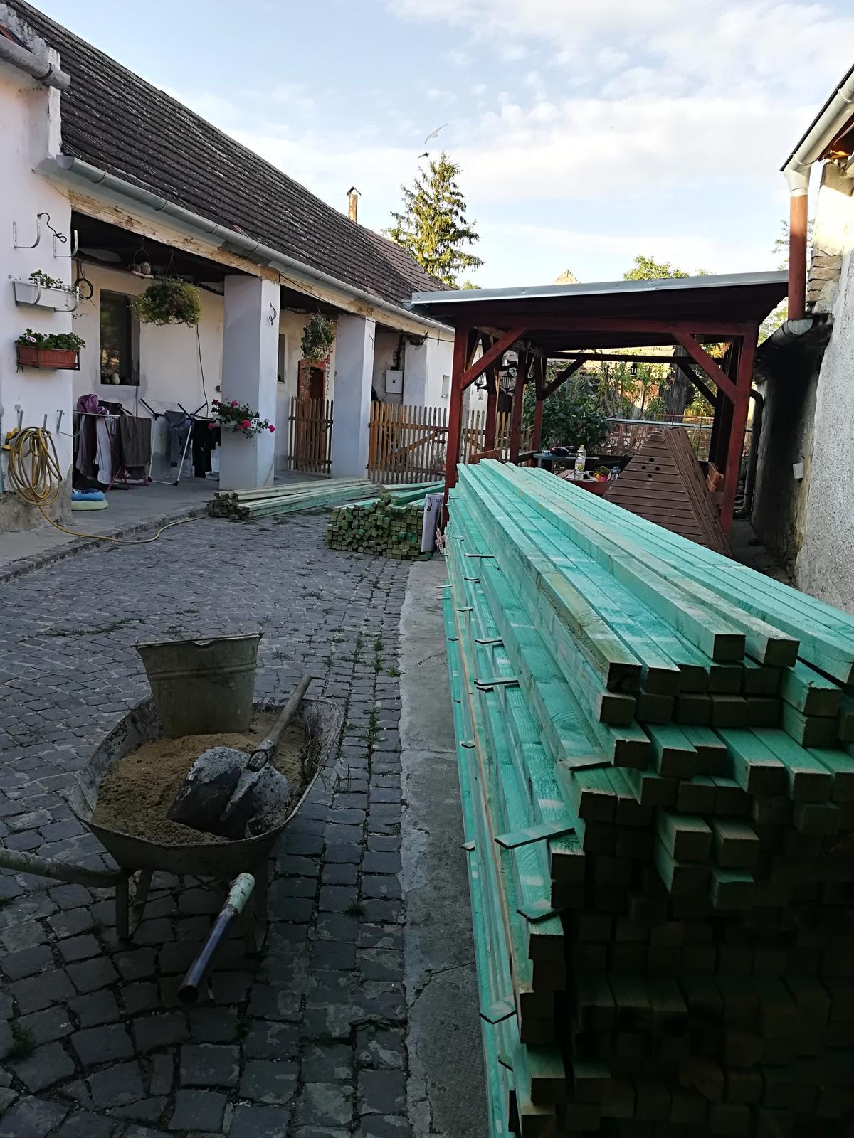 Už sa nám to začína, človek rieši strechu 4 mesiace a ani sa nenazda a už ma plný dvor dreva, pred domom veľký kontajner, začíname zajtra, držte palce:)) - Obrázok č. 1