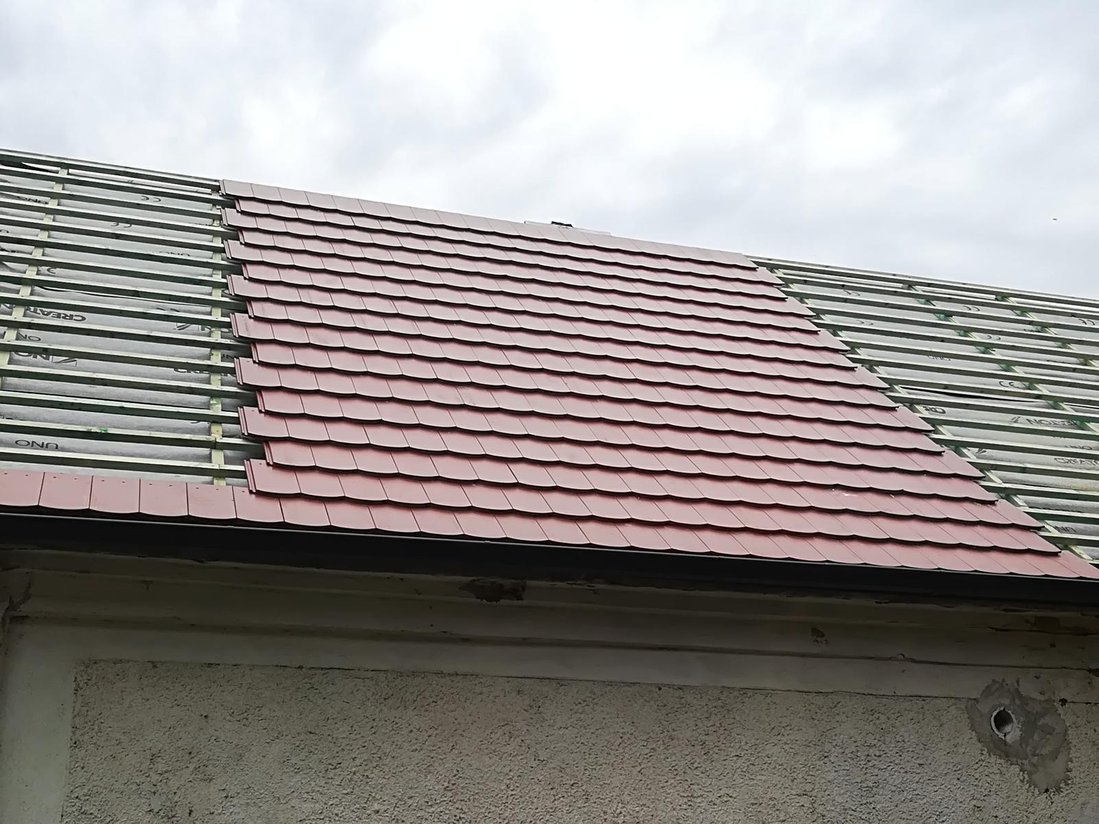 Náš domček - Kúsok škridle položenej, žiaľ počasie nedovolilo viac:(