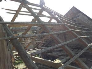 Jedna časť stodoly zburana, zvyšná ostáva :)