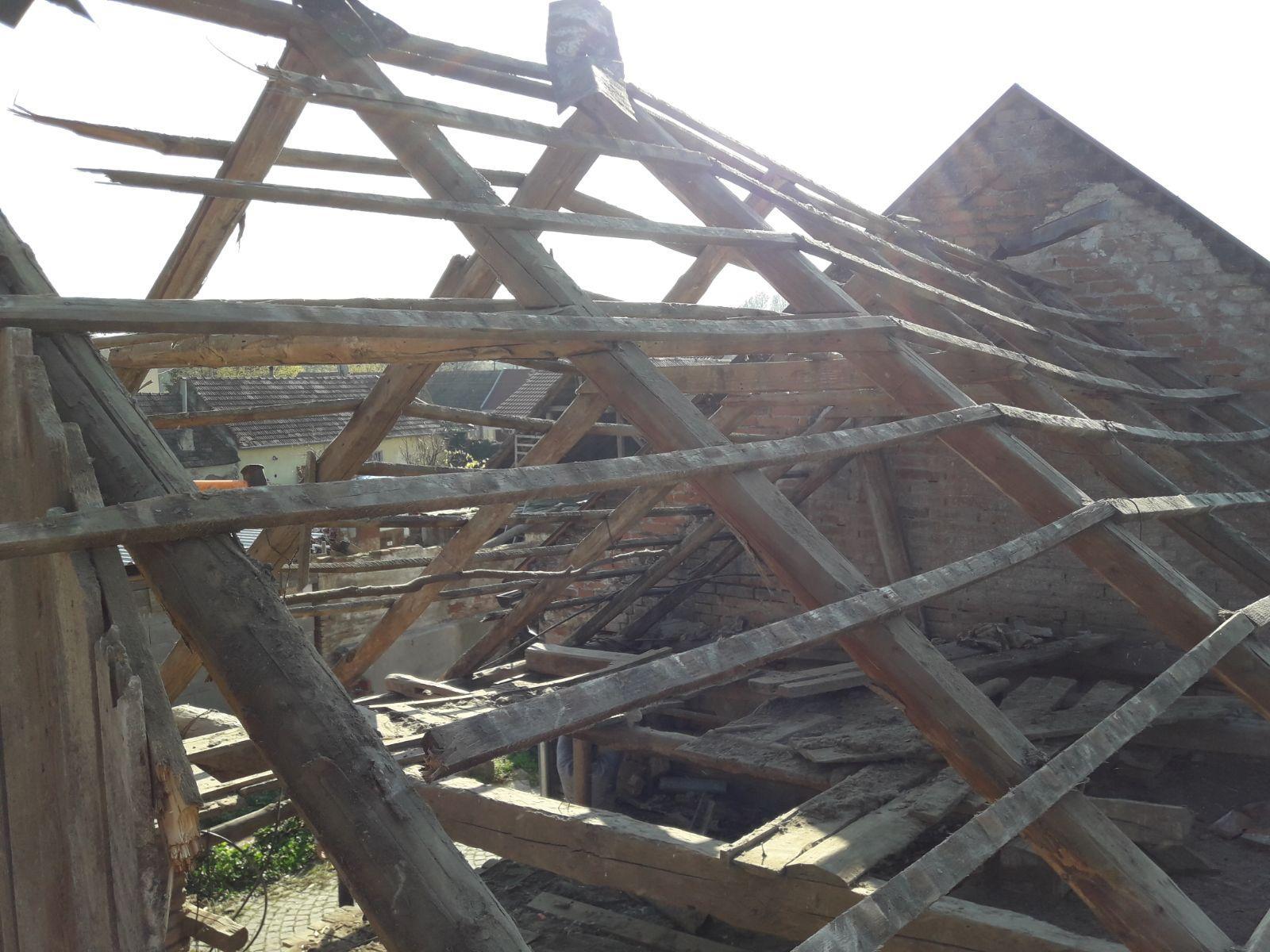 Náš domček - Jedna časť stodoly zburana, zvyšná ostáva :)