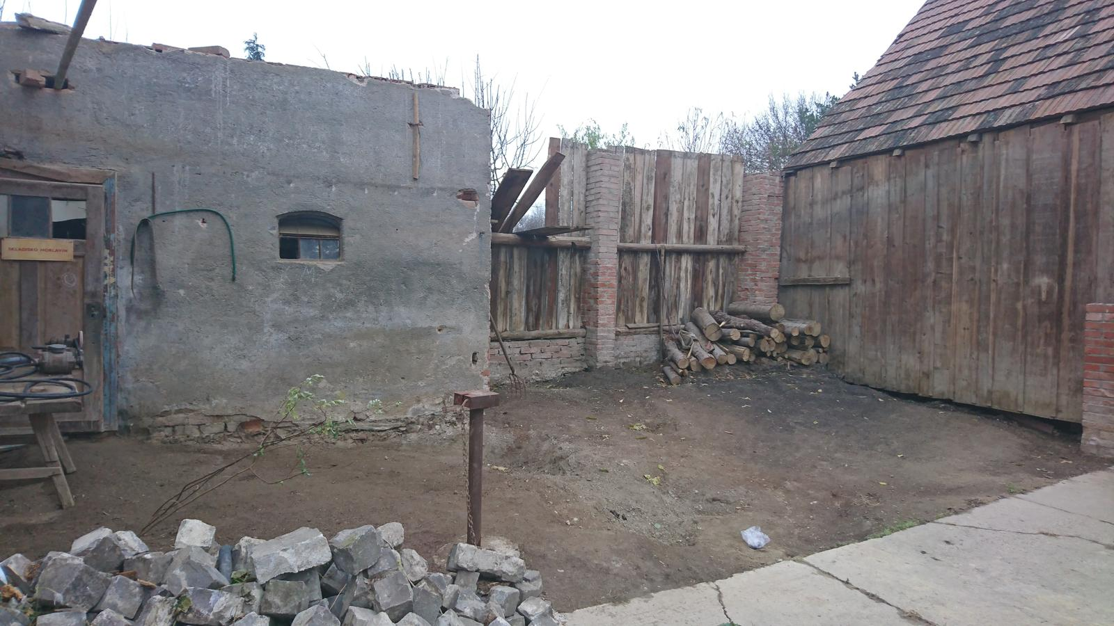 Náš domček - Ešte zbúrať tu budku, a dorobiť plot.