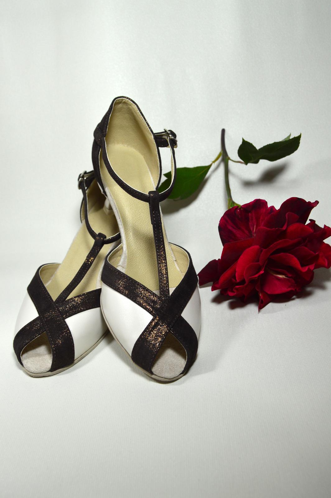Svadobné topánky s úpravou na želanie - inšpirácie bordó, hnědá, čokoládová - Svadobná tanečná obuv model Holly kombinácia pravej kože odtieň ivory a exkluzívnej kože trblietavej čokoládovej - úpravy podľa želania klientky