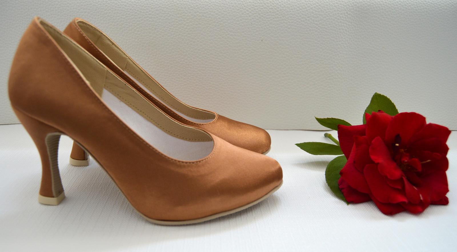 Svadobné topánky s úpravou na želanie - inšpirácie bordó, hnědá, čokoládová - Spoločenská obuv na mieru s úpravou Atyp ( tu konkrétne rozdielna veľkosť Ľ a P topánky) materiál Satén vo farbe bronz. Úpravy podľa želania klientky