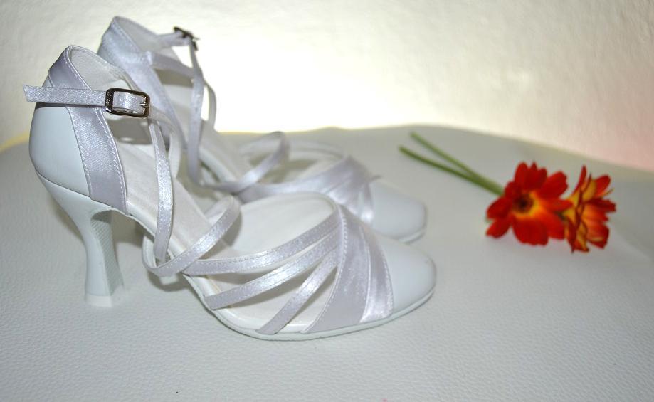 Svadobné topánky, inšpirácie z Vašich návrhov, farby biela, ivory, šampaň. - Biele pohodlné svadobné topánky v tanečnom štýle s úpravou pre bežné nosenie, Model Victoria kombinácia pravej kože a saténu. Úpravy podľa želania klientky