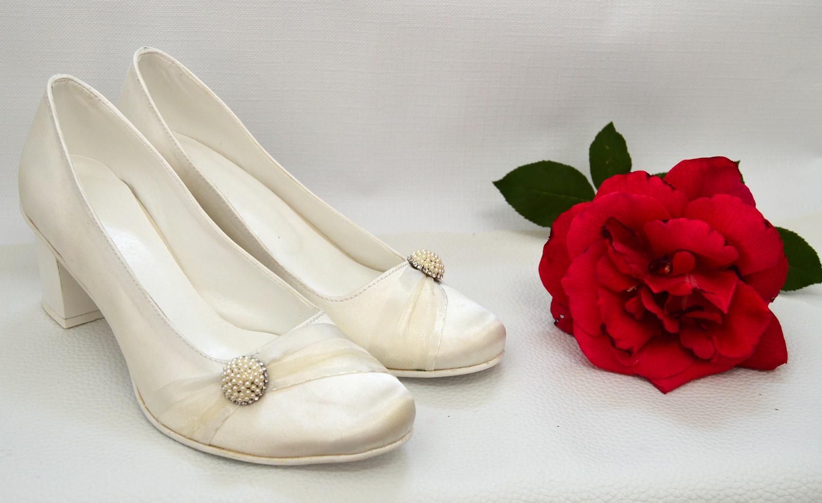 Svadobné topánky, inšpirácie z Vašich návrhov, farby biela, ivory, šampaň. - Svadobné lodičky ivory satén s opatkom 5,2 cm a ozdobou č. 20 klasik (k-styl), úpravy podľa želania klientky