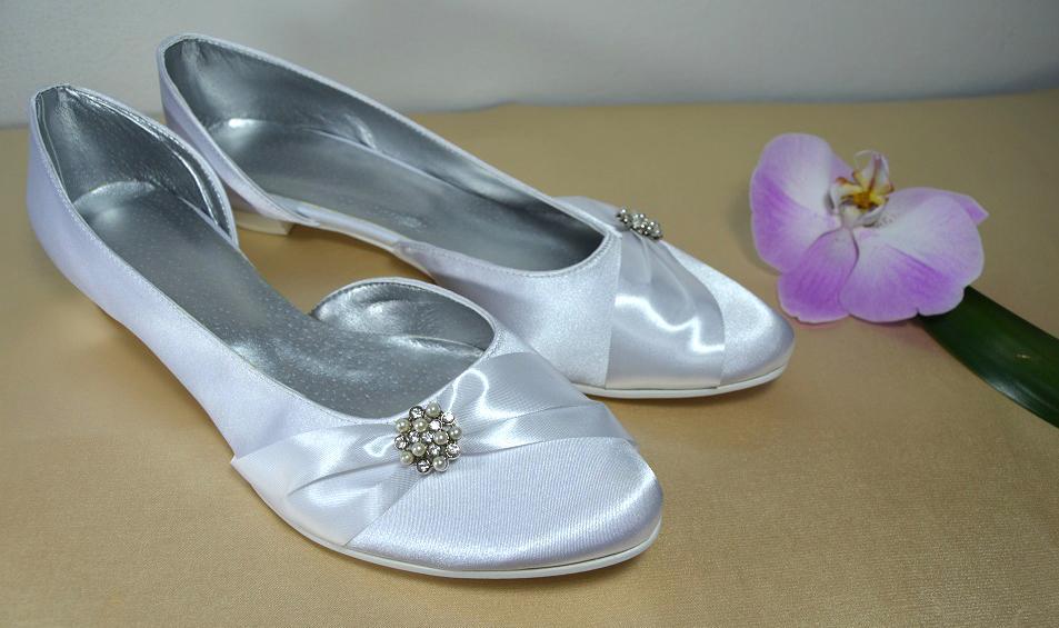 Svadobné topánky, inšpirácie z Vašich návrhov, farby biela, ivory, šampaň. - Svadobné lodičky na nízkom opatku, biely satén a úpravy podľa želania klientky, veľ 41