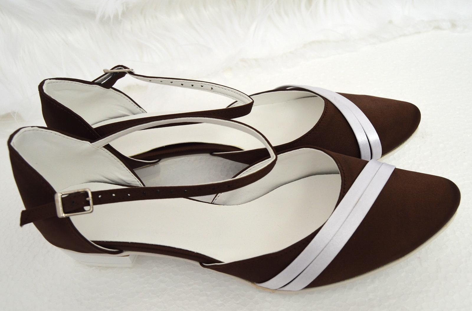 Svadobné topánky s úpravou na želanie - inšpirácie bordó, hnědá, čokoládová - Svadobné topánky na nízkom opatku kombinácia biela a čokoládová satén - úpravy podľa želania klientky