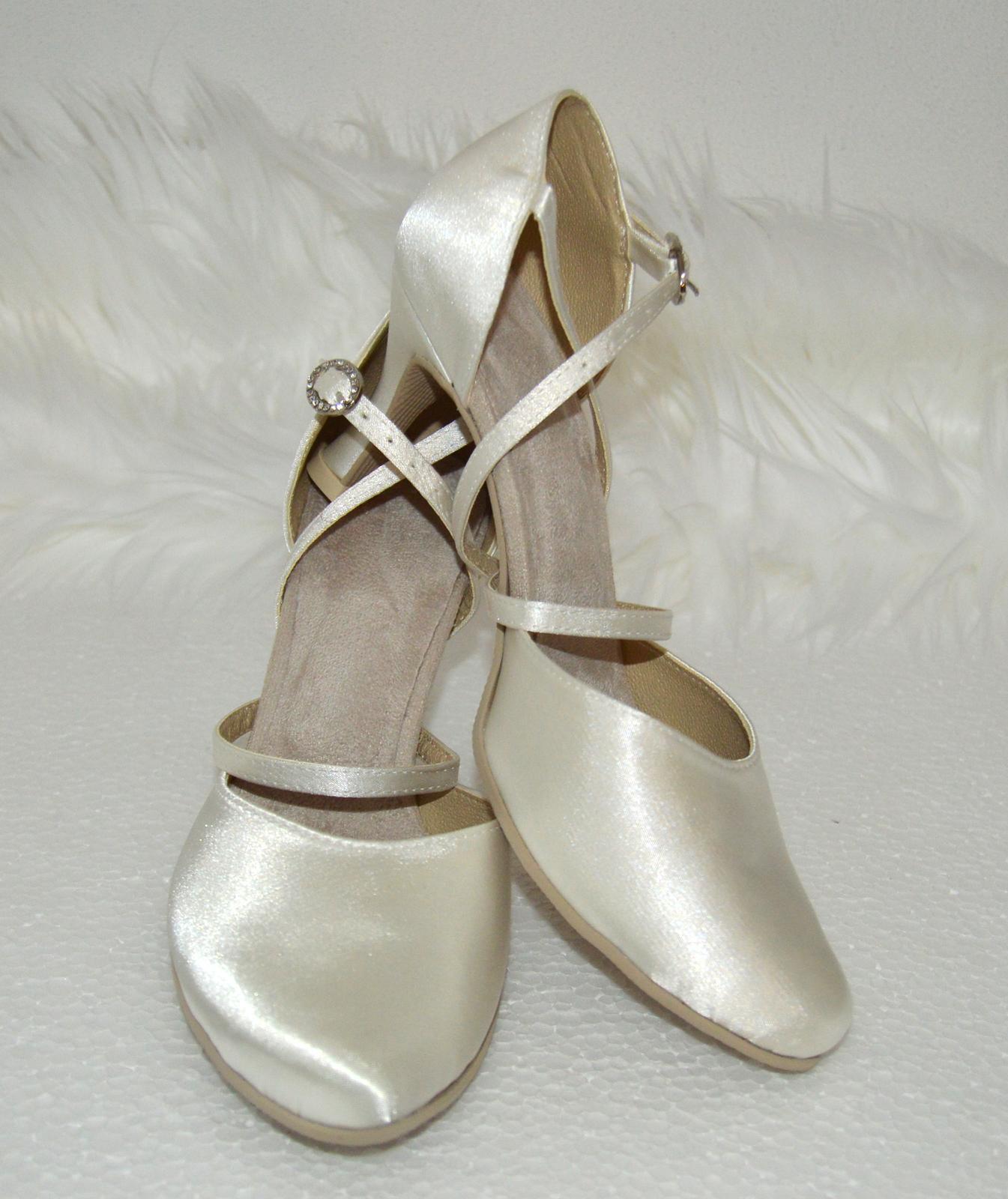 Svadobné topánky, inšpirácie z Vašich návrhov, farby biela, ivory, šampaň. - Svadobné topánky v tanečnom štýle - pohodlná obuv satén farba Ivory, opatok flare 5 cm, úpravy podľa želania klientky