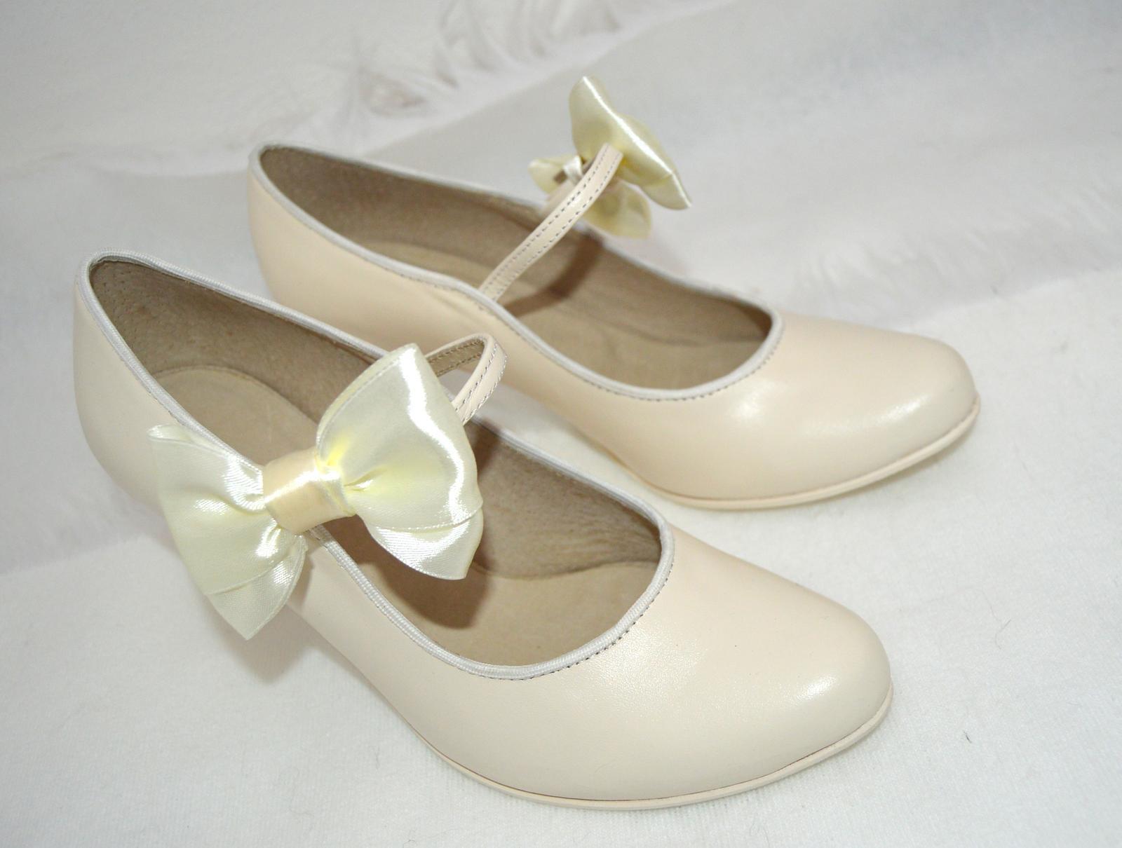 Svadobné topánky, inšpirácie z Vašich návrhov, farby biela, ivory, šampaň. - Svadobné lodičky z pravej kože ivory zdobené mašličkou -model Katrina T-styl - úpravy podľa želania klientky
