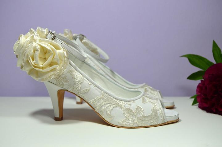 Svadobné topánky, inšpirácie z Vašich návrhov, farby biela, ivory, šampaň. - Celokožená svadobná obuv s čipkou a zdobením...úpravy podľa želania klientky