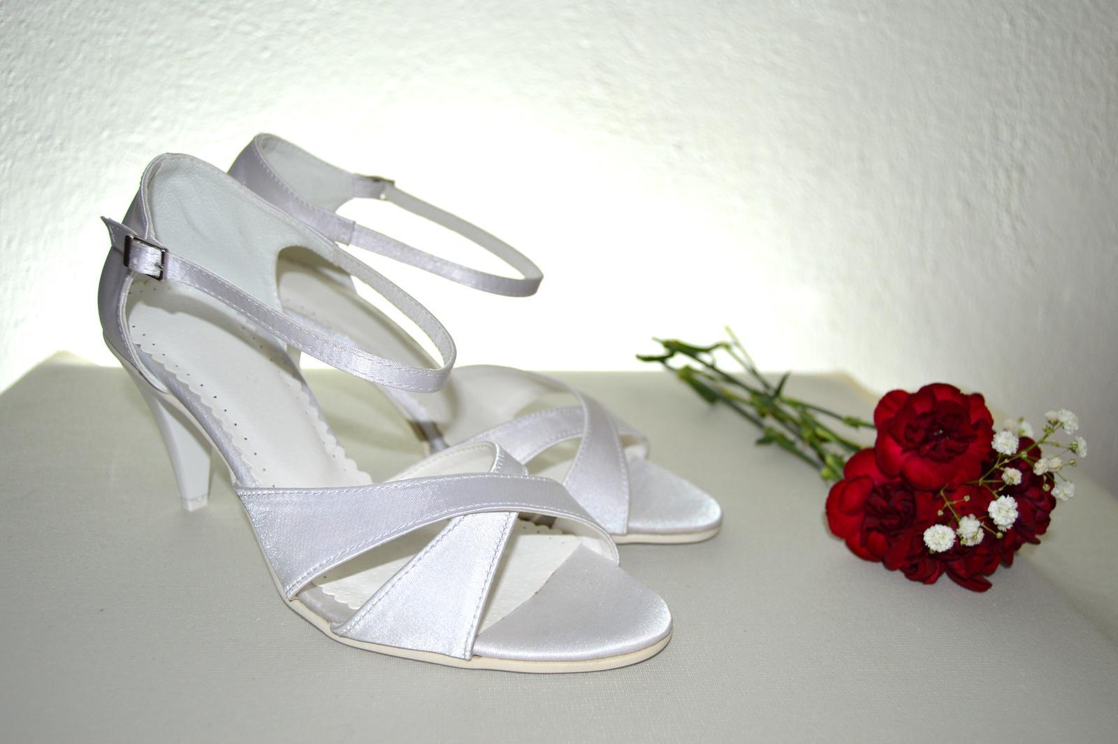 Svadobné topánky, inšpirácie z Vašich návrhov, farby biela, ivory, šampaň. - Svadobné sandálky satén biela, opatok 4,5 cm - model Xena K-styl, úpravy podľa želania klientky