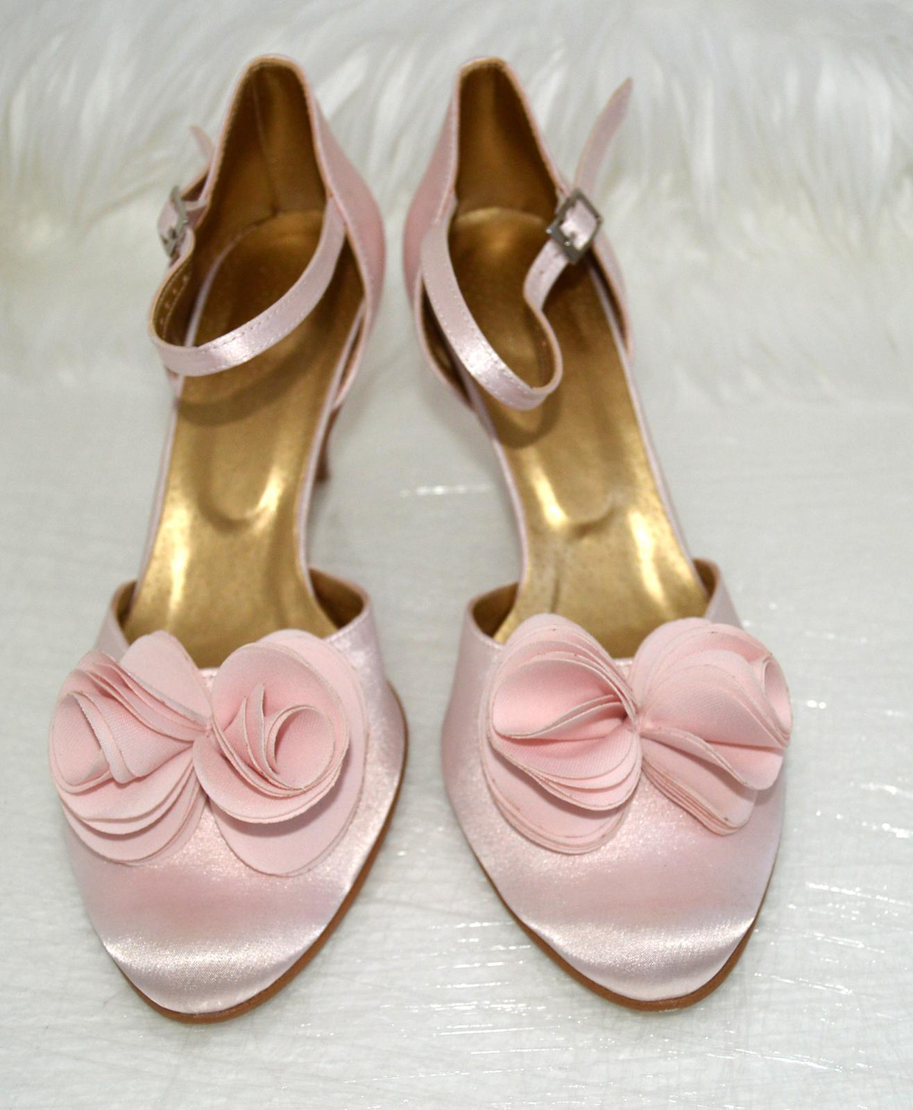 """Svadobné topánky podľa Teba - inšpirácie ružová, cyklaménová, lososová, nude-telová - Svetloružové svadobné topánky so zdobením exkluziv kvet malý """"S"""". Úpravy podľa želania klientky. UPOZORŇUJEME, že zdobenie sa robí ručne - šitie, a lupene sú vyrezávané laserom."""