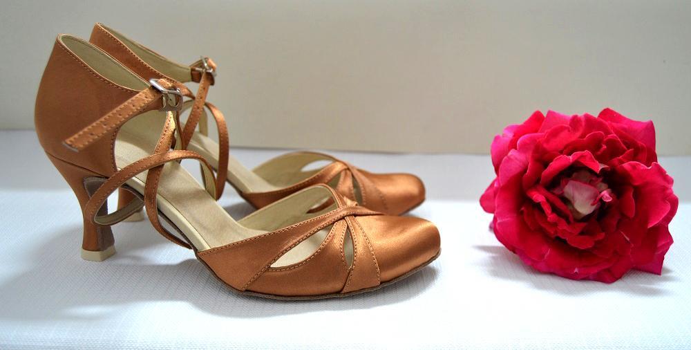 Svadobné topánky s úpravou na želanie - inšpirácie bordó, hnědá, čokoládová - Tanečná obuv - model Natalie materiál satén staré zlato - opatok flare 6cm, úpravy podľa želania klientky